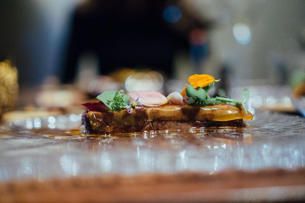 狩猎者原始的对血和肉的渴望先是被Dominique用区区几片蘑菇肆意挑逗着,却在兴致最高的时候以一块甘甜温润的和牛排让食客酣畅淋漓。