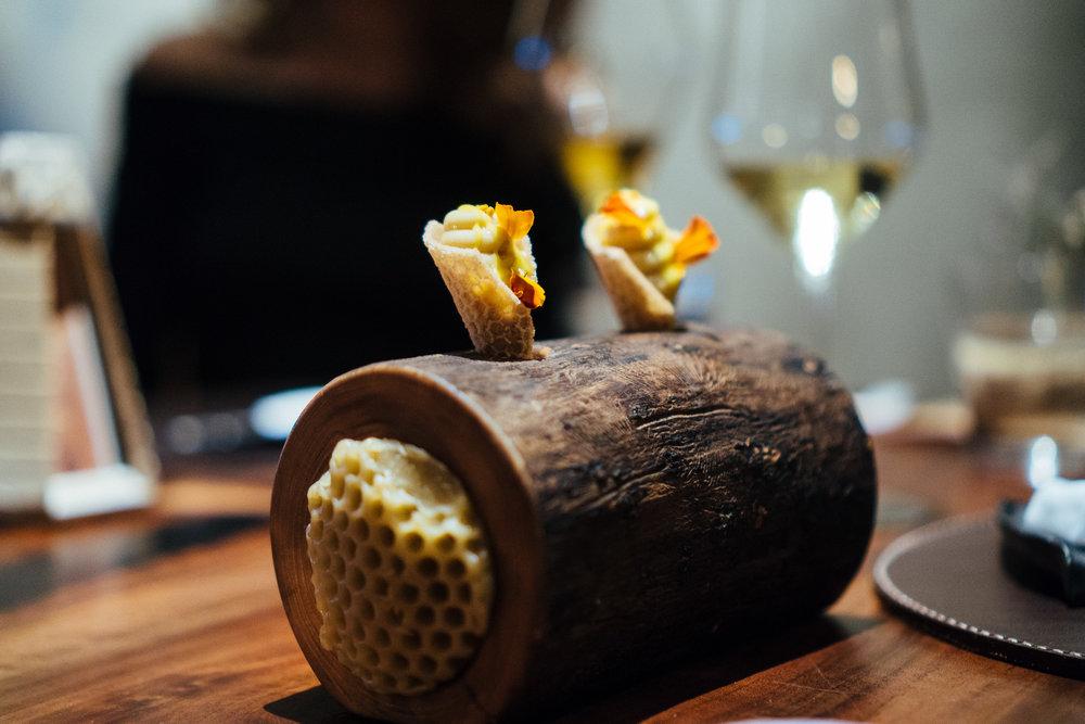 用新鲜蜂巢蜜制作的卡仕达酱甜蜜又清新。