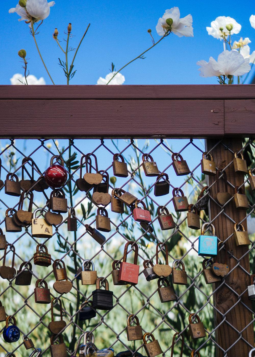 从候车室走到站台中间有一段廊桥,上面挂满了爱心锁。