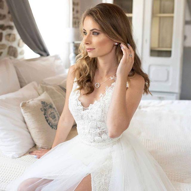 A 2019-es esküvői trendek hívószava továbbra is a természetesség.Semmi mesterkélt gondolat,semmi túlfestettség,vagy eltúlzott kontúrok. Finomság,elegancia és a személyiséget tükröző vonások jellemzik. Csupán egy megfelelő sminkmester kérdése az egész💁🏼♀️ @szabodoris_makeupartist @eskuvoclassic @vfruzsi  #makeup #weddingmakeup #naturalbeauty #naturalmakeup #bridalmakeup