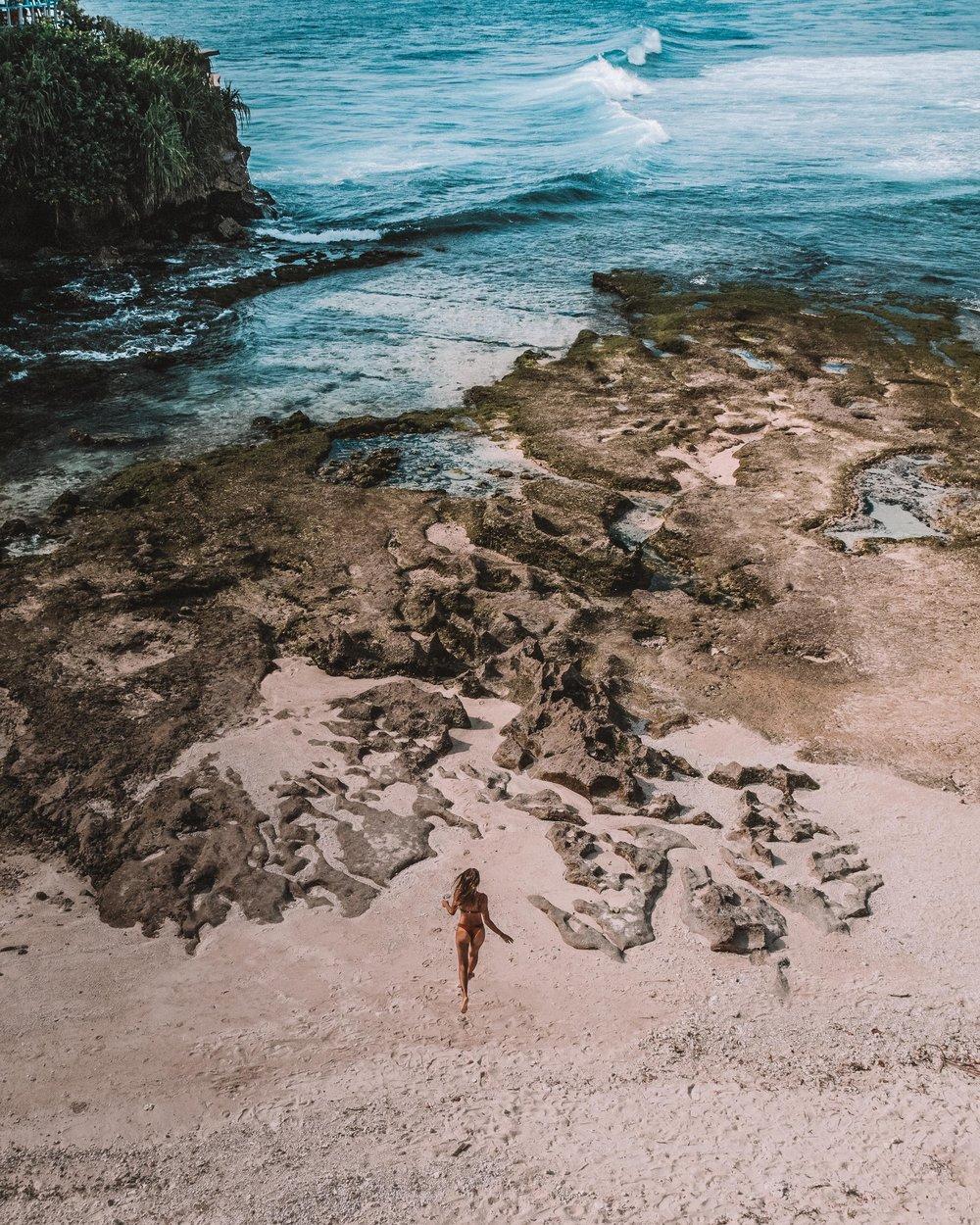 travel guide to nusa lembongan and ceningan bali indonesia asia beaches crystal water sea ocean couple beautiful sunset sunrise nature girls woman wild wander earth