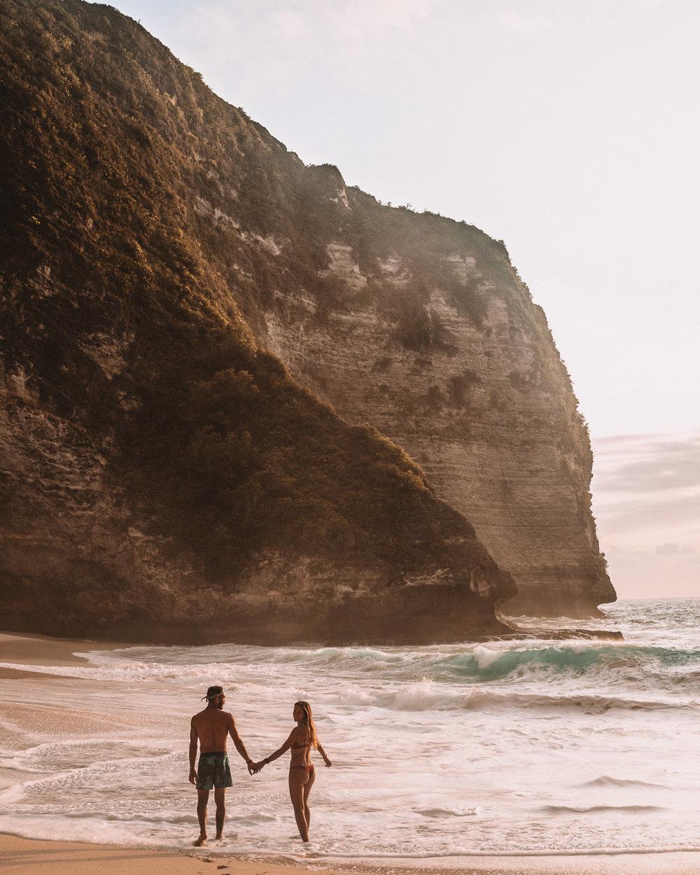 travel guide to Nusa Penida island Bali indonesia freeoversea couple tropical destination kelingking beach ocean view