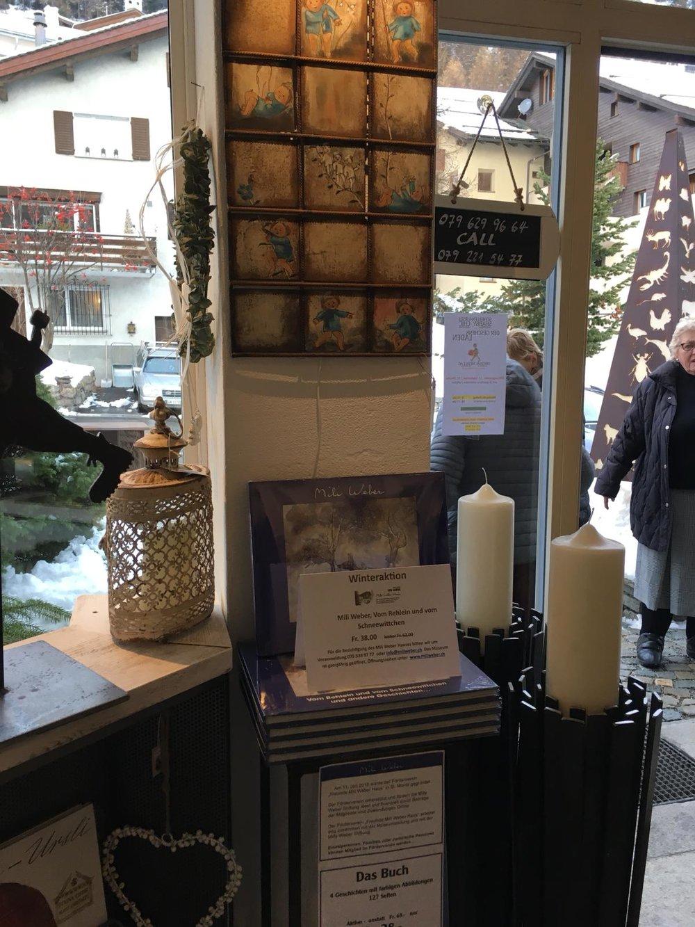 - Am Samstag 24. November 2018 fand im Geschäft Reich-Dekor in Silvaplana eine Ausstellung statt. Für diesen Anlass haben Beatrice und Gregor Reich eine tolle Ausstellungsecke für das Mili Weber Buch gestaltet. Dieses ist in der Winteraktion zu Fr. 38.00 in verschiedenen Geschäften im Oberengadin erhältlich.