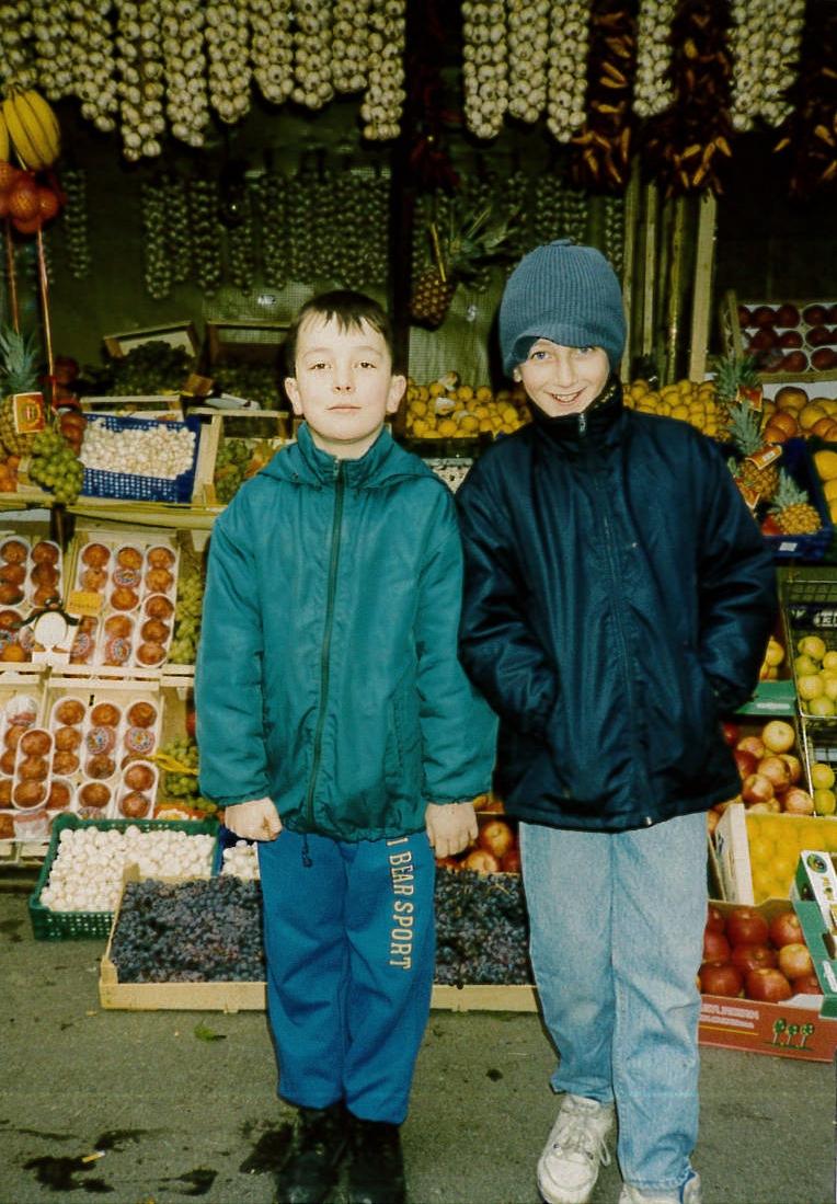 Sarajevo_BoysInMarket.jpg