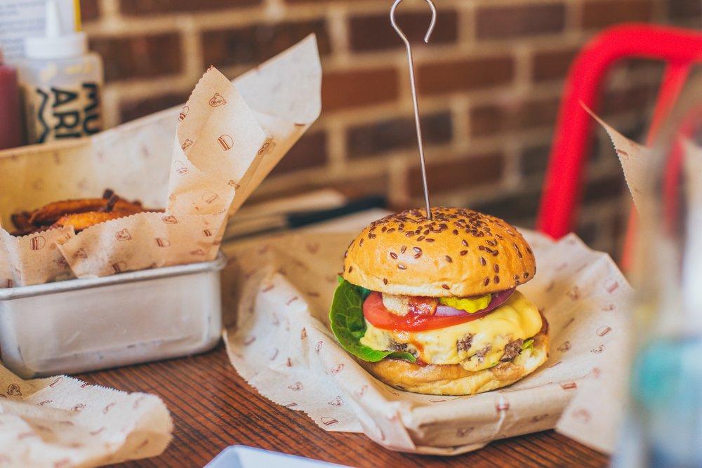 Classic Burger Menü mit Gouda und Sweet Fries