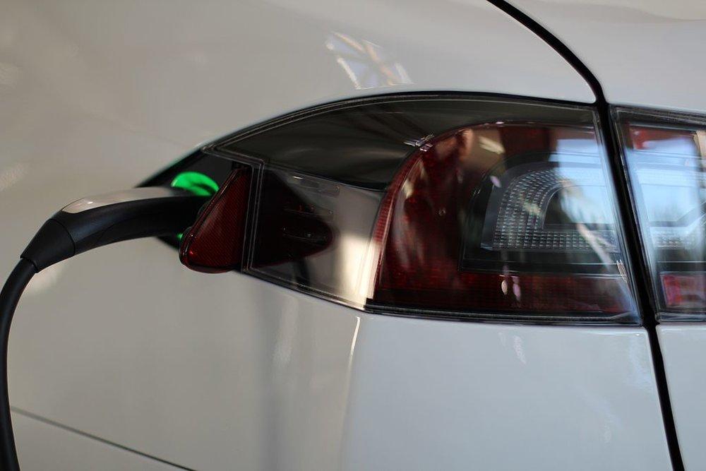 1024px-Tesla_Model_S_Charing_port_2.jpg