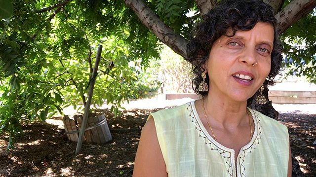 Neelam Sharma, Executive Director of Community Services Unlimited, met up for an interview yesterday to discuss #decolonization and the #DecolonizeDaily app beneath the wise old walnut tree located at the heart of CSU's mini urban farm in South LA. Started by the Southern California chapter of the Black Panther Party over 40 years ago, CSU is decolonizing daily at the molecular level by empowering people with poor access to good food to build a direct connection with Mother Earth, learning how to work with the water, wind, land and light to grow our own food and grow our selves, communities and societies, healthy in body and soul. . As #DecolonizeDaily's fiscal sponsor, we've had the privilege to get to know and learn directly from Neelam and CSU over the past year. Growing an organization that's doing such important (and tasty!) community-based work in our current economic and political climate is no easy task. Neelam's tremendous energy, focus and unwavering optimism balanced with realism grounded in a lifetime of learning is deeply inspiring and provides much hope for a very bright future. Much love, respect and gratitude. 🙏🏾♥️✊🏾 . Hear more from this interview with Neelam soon as part of our upcoming fundraiser. . #goodfood #urbanfarming #morethanjustfood #buylocal #growyourownfood #waterislife #mniwiconi #planetoverprofit #peopleoverprofit #foodnotbombs