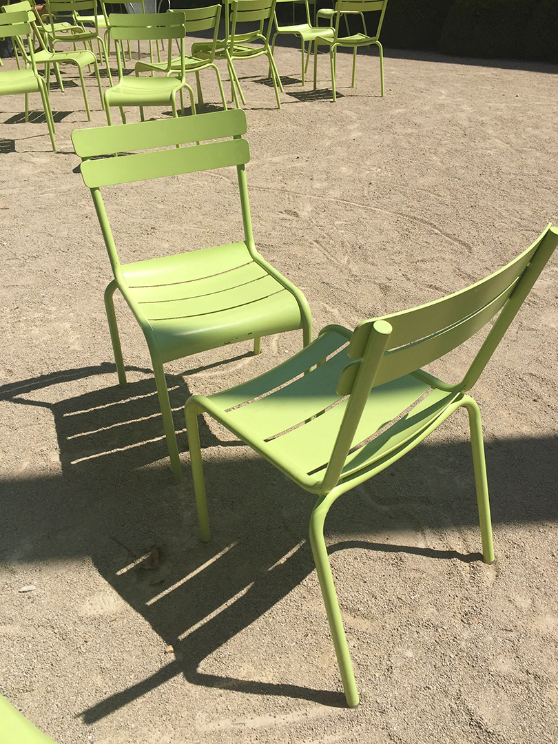 Finished my museum tour with a rest in the Pritzker Garden and was happy to see these mint-colored chairs! A perfect end for this visit.