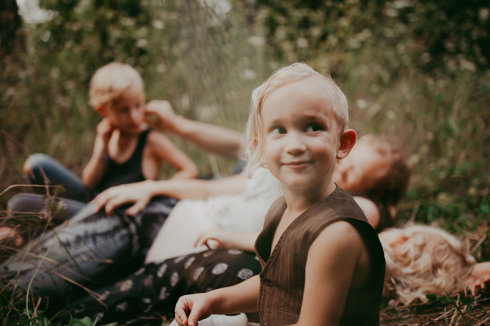 family-outdoors-lifestyle-photographer-pictures-authentic-hippie-woodsy
