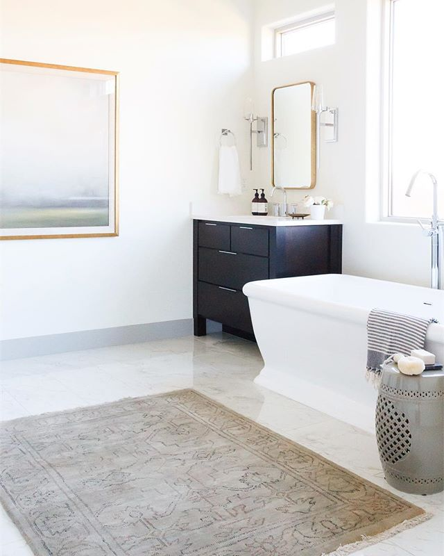 What does your dream master bathroom look like?? We think separate vanities and a big freestanding tub sound reallyyyy nice 👌🏼