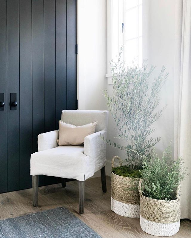 Today on the blog we're sharing our favorite way to add contrast to a home with white walls...accent colored doors! To see our favorite paint colors we've used on doors in the past click the link in our bio 😘