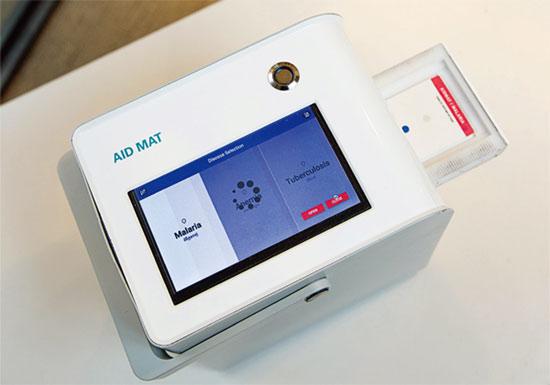 혈액 한 방울로 10여 분 만에 말라리아 감염 여부를 알 수 있는 진단 키트 'AID–MAT'.