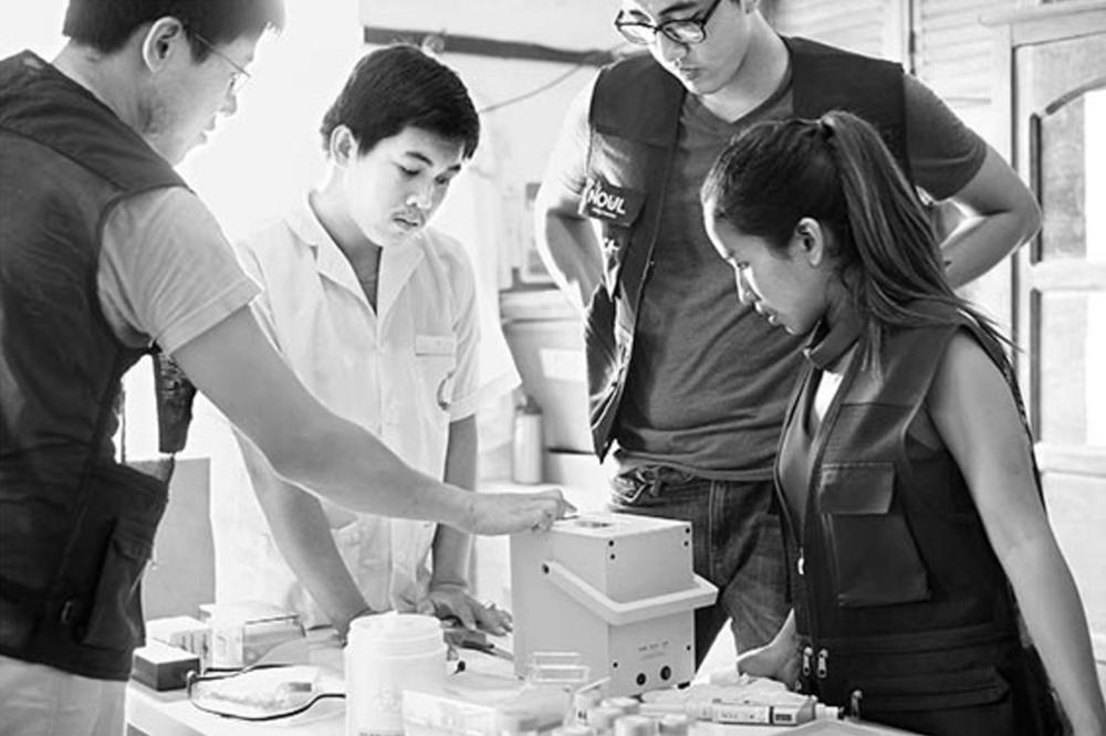 노을 관계자가 캄보디아에서 말라리아 진단 키트 사용법을 설명하고 있다.
