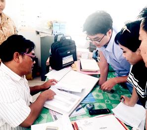 ㈜노을의 CTS 사업지인 캄보디아의 Sre Sambo 보건센터. 현지 보건관계자와 지역주민들의 말라리아 발병 현황을 파악하고 있다.