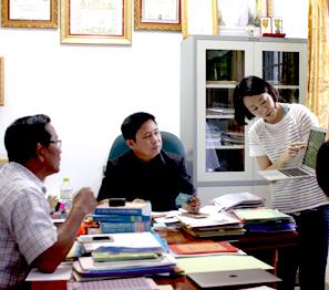 ㈜노을 담당자가 보건관계자들에게 노을의 말라리아 진단키트를 설명하고 있다.