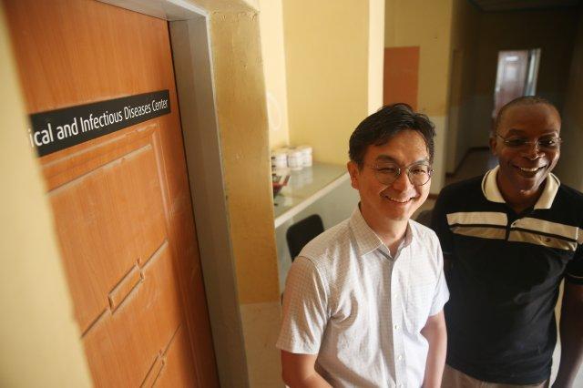 Dongyoung Steve Lee, CEO of noul (left), Dr. Douglas Lungu, Head of Wezi Medical Centre (right)