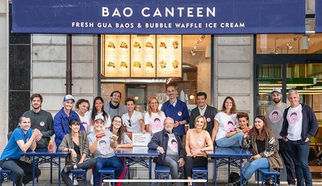 Cinq membres de la team @goodmorningagency se cachent dans cette photo de @baocanteen. Saurez-vous nous retrouver?! 😉 #workteam #agencylife #goodmorningagency #geneva #switzerland #opening #perfectteam #crazyadventures #foodlover #instafood #food