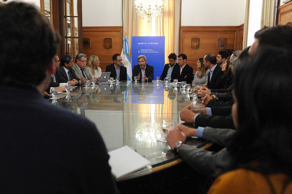 Frigerio con Intendentes PJ 2 - Crédito fotografía Prensa Ministerio del Interior.JPG