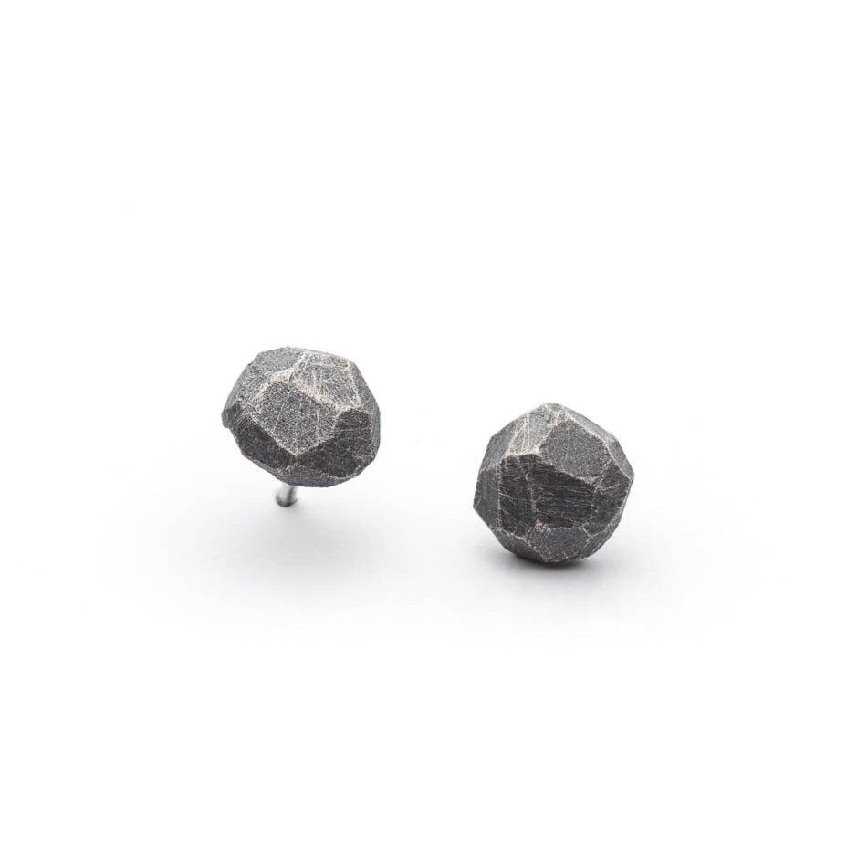 petites boucles d'oreilles facettées en argent sterling oxydé de la collection Texture