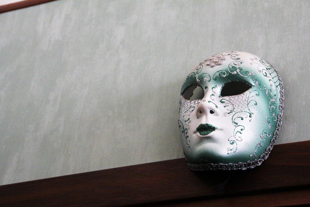 Néha azért viselünk maszkokat, mert félünk, máskor azért félünk, mert maszkokat viselünk. -