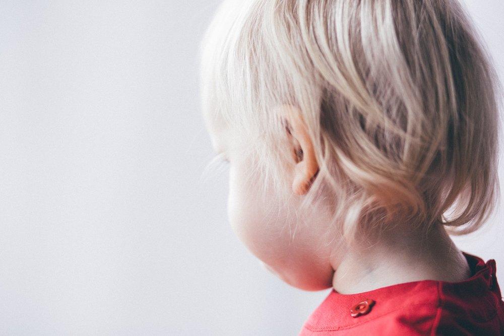 A nárcisztikus szülők által okozott gyermekkori sérülések a felnőttkorban is súlyos tüneteket okozhatnak. -