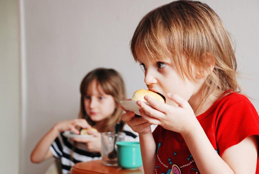 Nagyfokú szorongást válthat ki a gyermekben, hogy figyelmét vélt vagy valós hibázásáinak kivédésére kell összpontosítania. -
