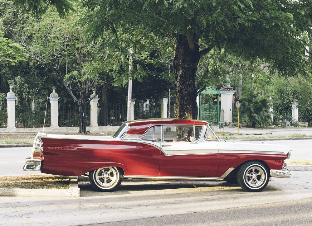 Sweet 1957 Ford Fairline…  belleza!