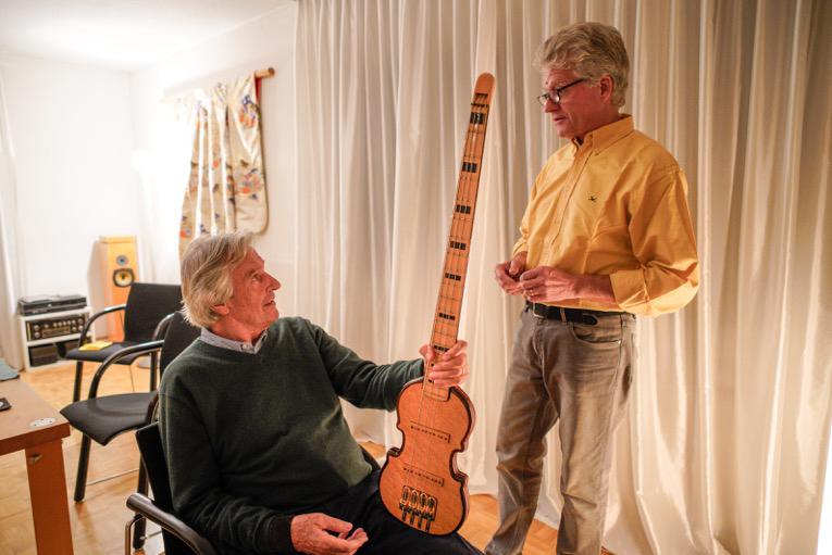 Guitarist John McLaughlin and Pfändler discuss the headless bass.