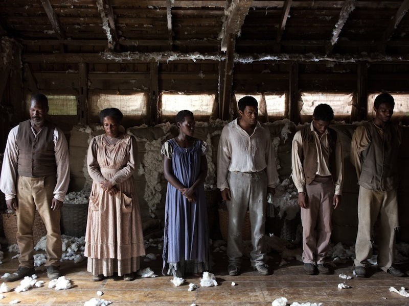 12-years-a-slave-2013-003-row-of-slaves-in-cotton-shed_1000x750