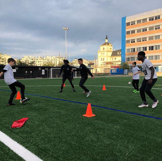 2nd day in the books in San San Sebastián as our players took to the field for morning with our @europeansoccersolutions staff before heading to see the @realsociedad 1st team train. Later a fantastic lunch hosted by @antiguoko_ke, and nighttime training with @antiguoko_ke and @akkefutbola.