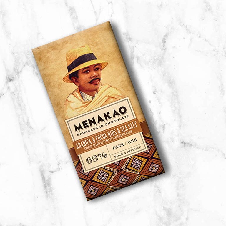 De combinatie van Cacaoboter Arabica koffie uit Madagaskar zijn centrale hooglanden, crunchy cacao nibs en zeezout geven deze chocolade een authentieke en intense smaak die goed samengaat met de tonen van rode vruchten in de cacao.