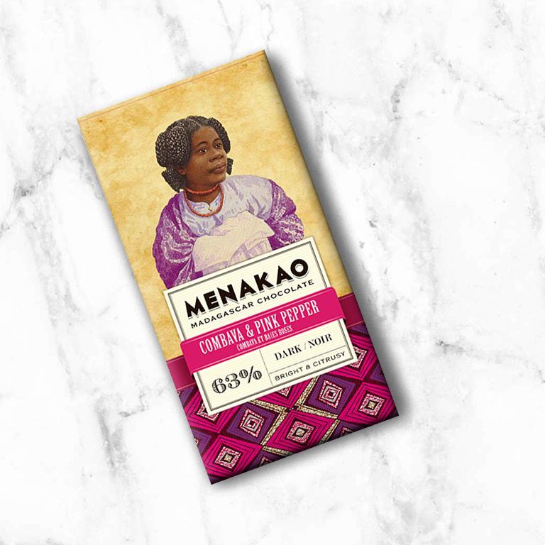 De fleurigheid van de roze peper gecombineerd met de noten van citrusvrucht en citroengras van de combava dansen samen met noten rode vruchten van de chocolade om zo een decadente en verfrissend moment te creëren, met een sappig gevoel… De gecombineerde zuurheid van de bonen uit Madagaskar en de combava verlengen smaakvol de frisheid tot op het laatste moment.
