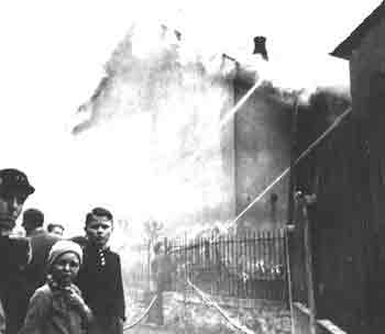 Burning_synagogue_on_Kristallnacht.jpg