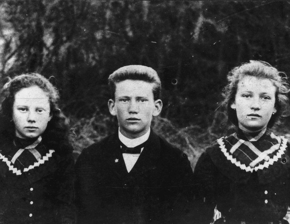 Rivka, Alexander, and Sarah as children, 1902