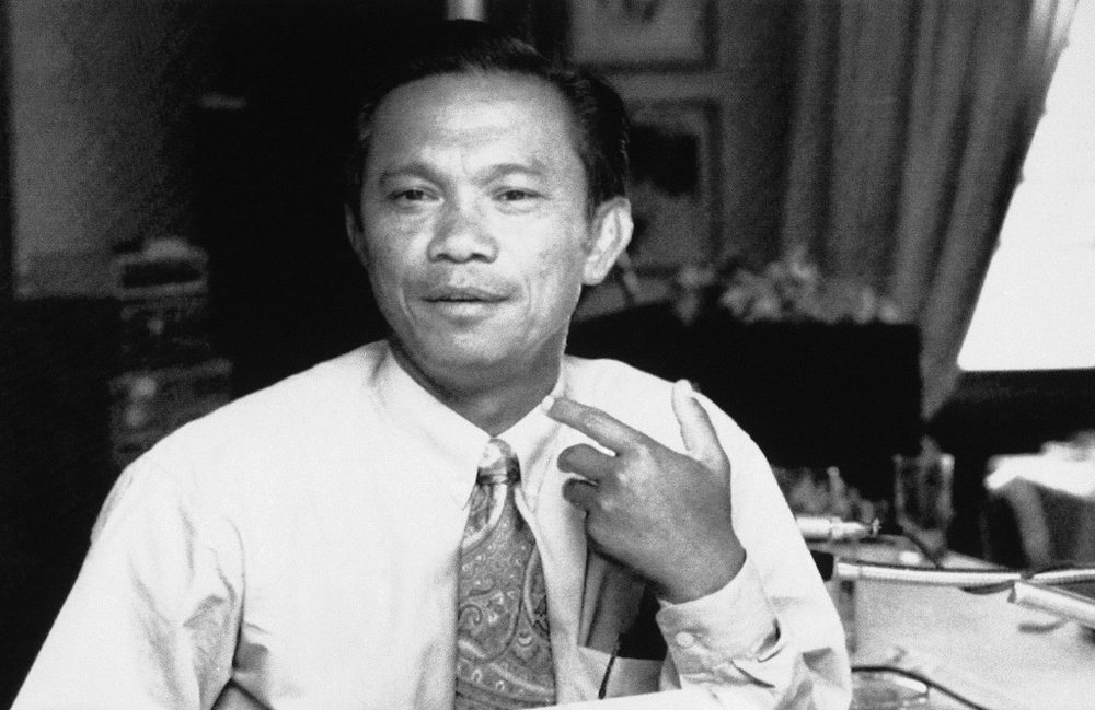 Cambodian photojournalist Dith Pran talks to a reporter after a press conference at the Foreign Correspondent Club of Thailand in Bangkok, Aug. 25, 1989, after getting back from Cambodia. (AP Photo)