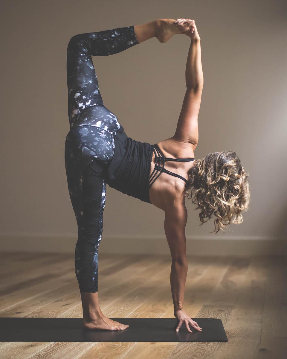 2016_wk24_Sec2_0140_LULU_aus_MK_Womens_Yoga_Crops_5064-Edit-WEBsm-990px-7.jpg