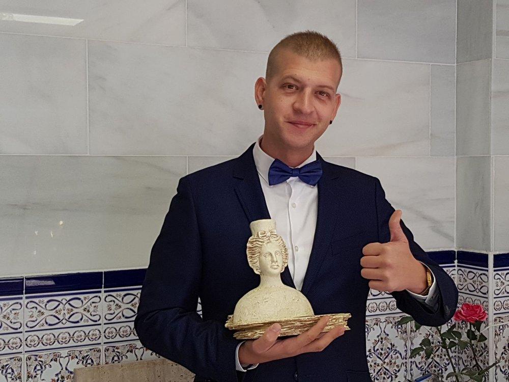 Diego de la O, director creativo de Sandel O, posa con el premio PRENAMO 2017