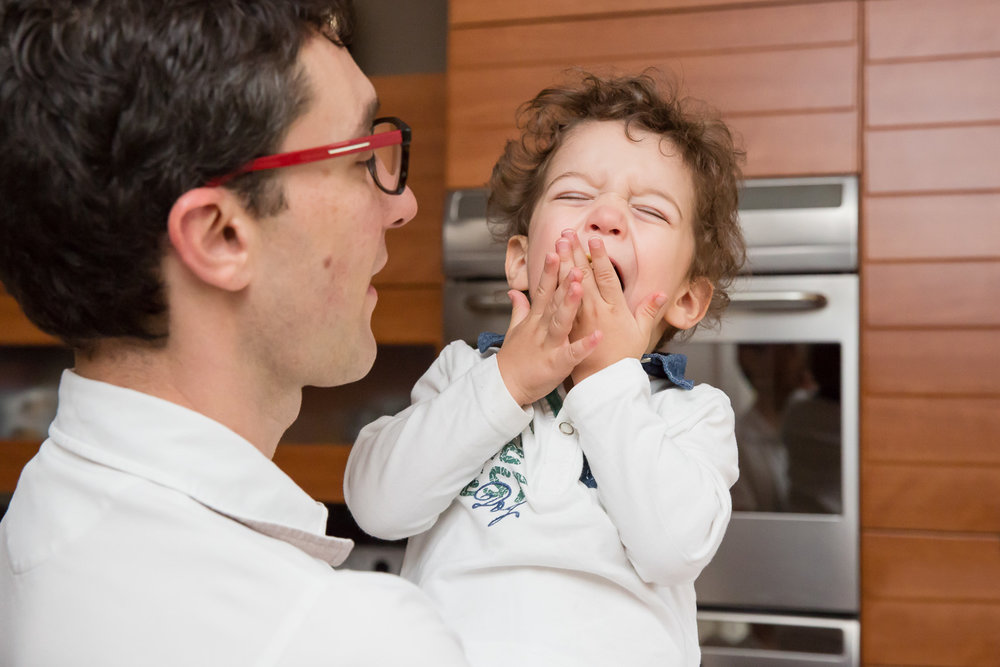sandra ruth stuttgart family photographer Boy Eating Snack With Dad.jpg