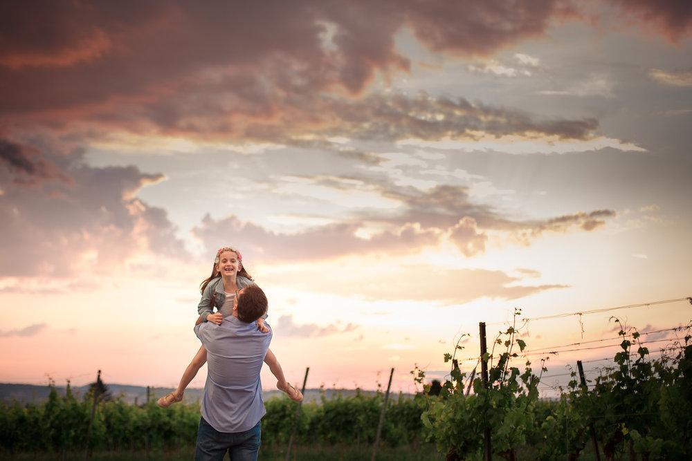 Sandra Ruth Fotografin Familie Stuttgart  Vater hält Tochter im Sonnenuntergang hoch.jpg