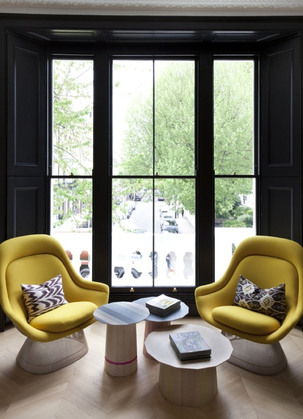 The oak flooring installed in herringbone and touches of colourful furniture awakens the cosy atmosphere of the house.
