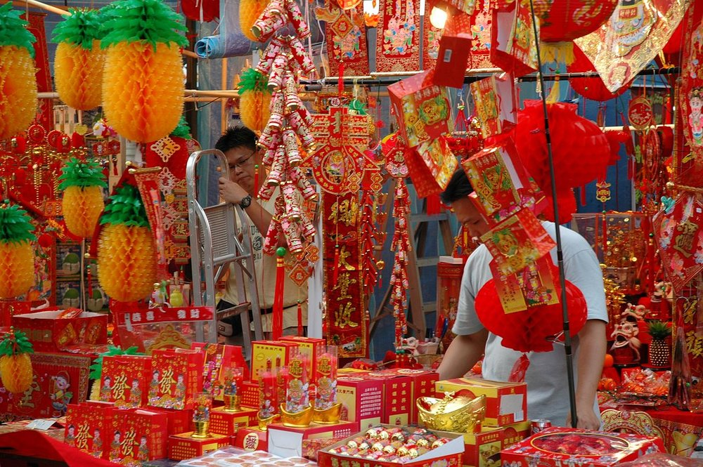 Vendors selling New Year decorations in Singapore. ( Source: Wikimedia Commons )