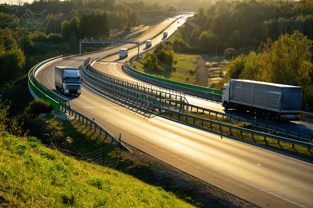Trucks passing through an electric toll.  (Photo: Shutterstock)