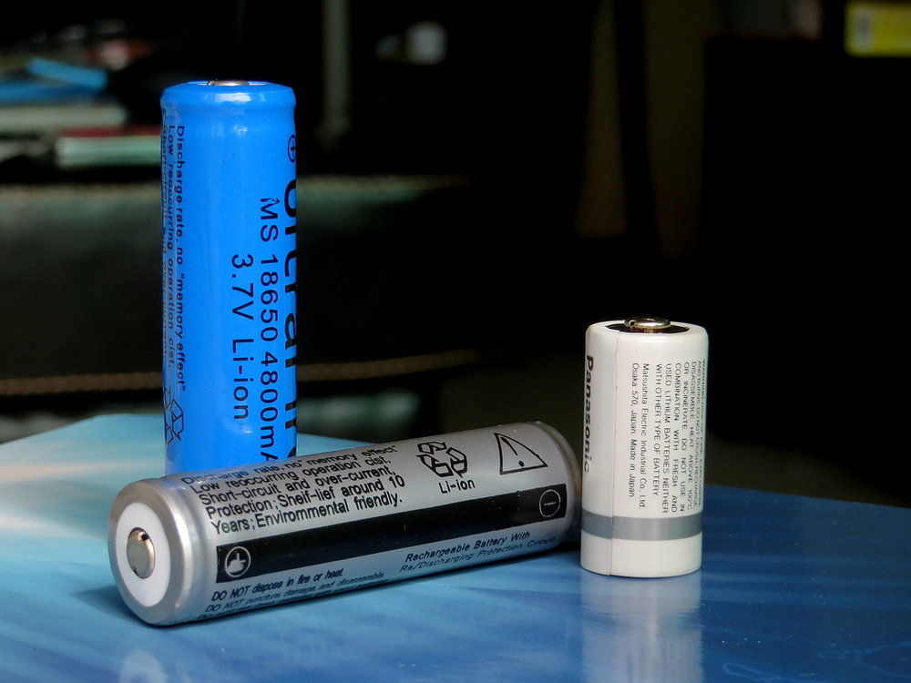 Cylindrical lithium-ion batteries. ( Photo: Wikimedia Commons )