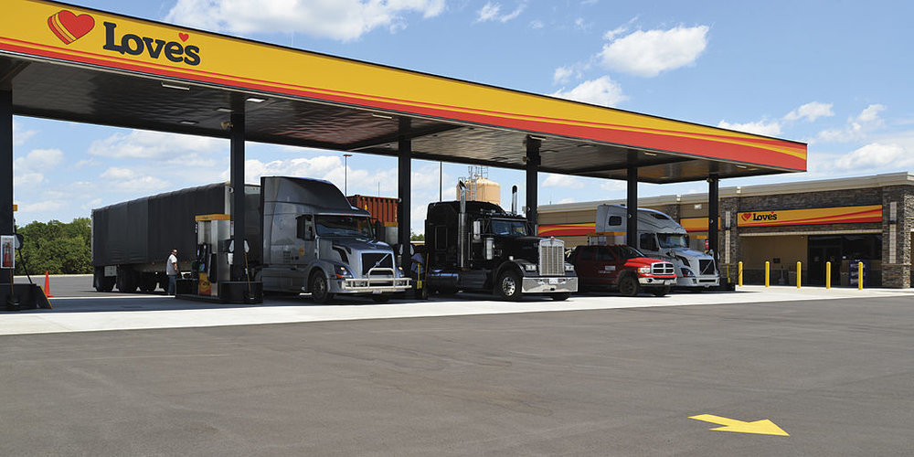 Trucks fueling at a Love's truck stop. ( Photo: Wikimedia Commons )