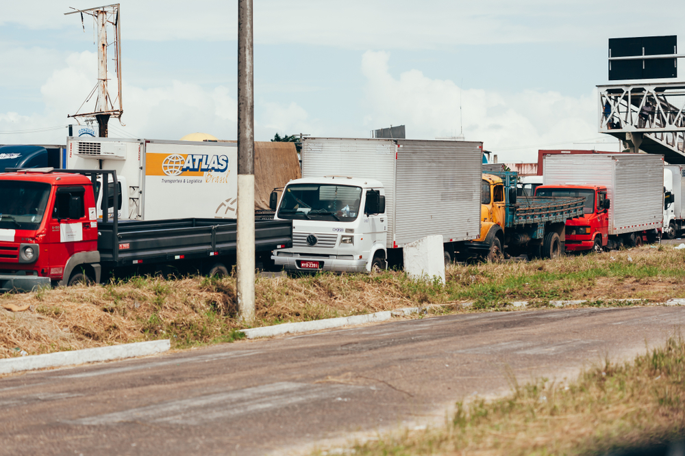 Brazilian truck drivers partially block the highway BR-101 during the fifth day of their nationwide strike over rising fuel costs. ( Photo: Wikimedia Commons )