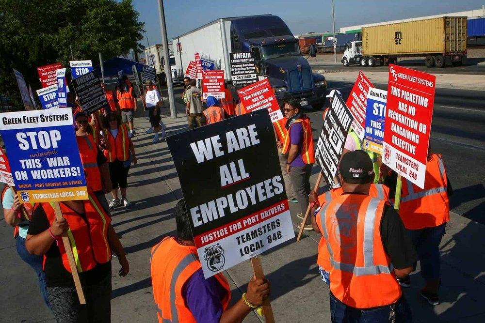 Drivers picketing last week in Southern California (Photo: Teamsters)