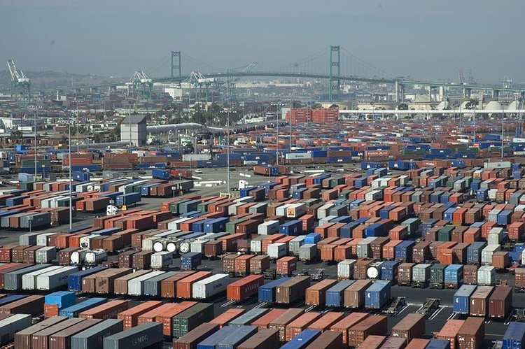 Port of Long Beach ( Photo: Charles Csavossy, Wikimedia Commons )
