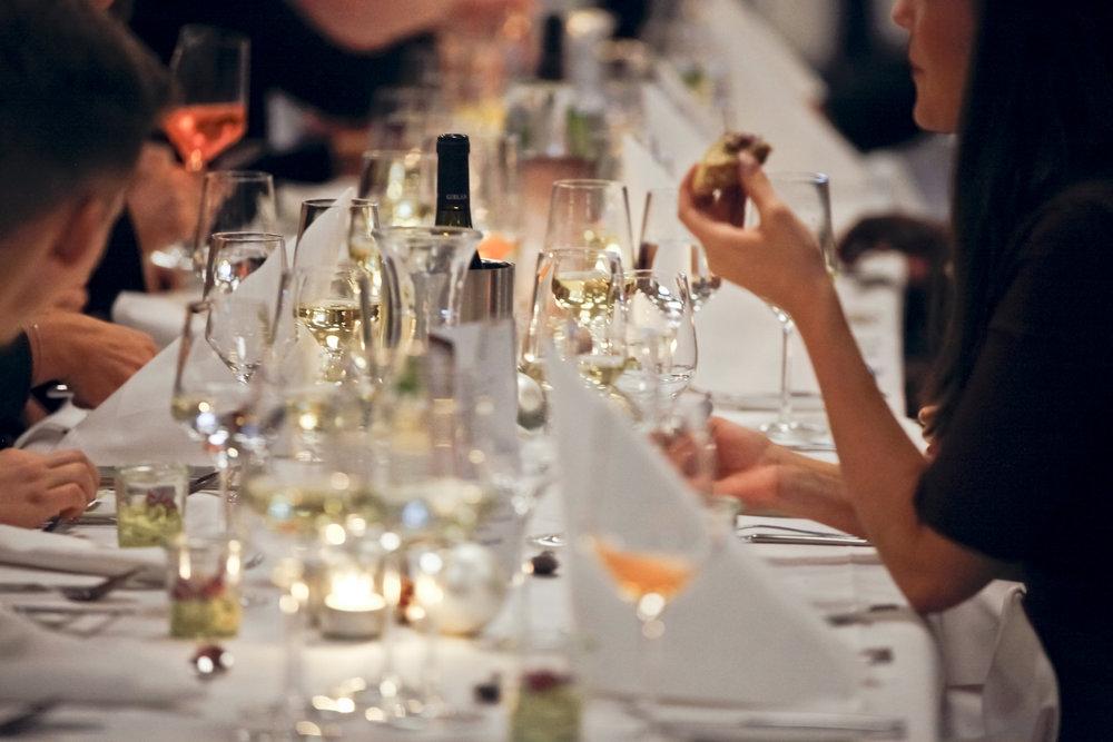 Ein prickelnder Aperitif, begleitende Weine und Drinks - wir treffen bestimmt auch Ihren Geschmack.