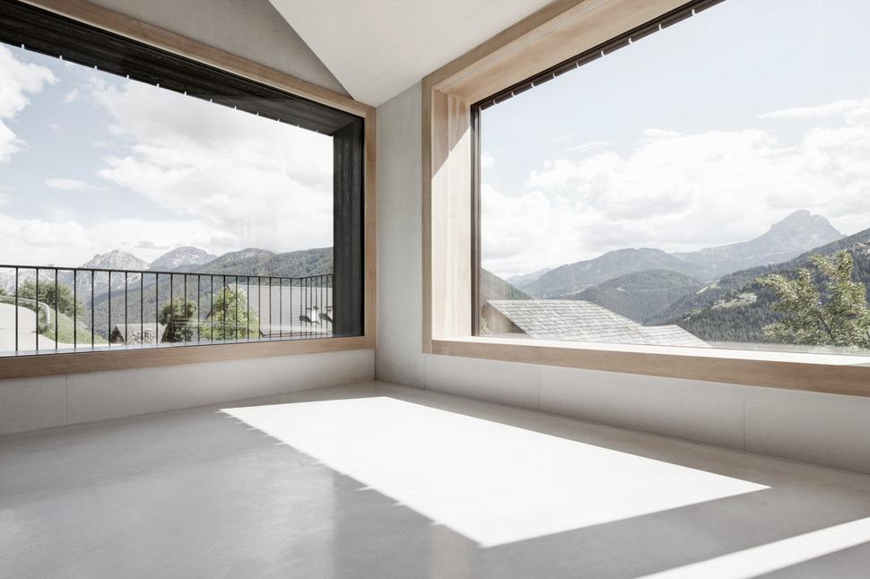 mountain-vacation-villa-italy-built-local-dolomite-wood-17-6-living-thumb-970xauto-26525.jpg