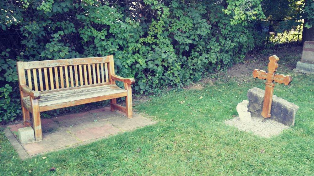 """Beloved Henri"" @ H. 나우엔 무덤과 의자"